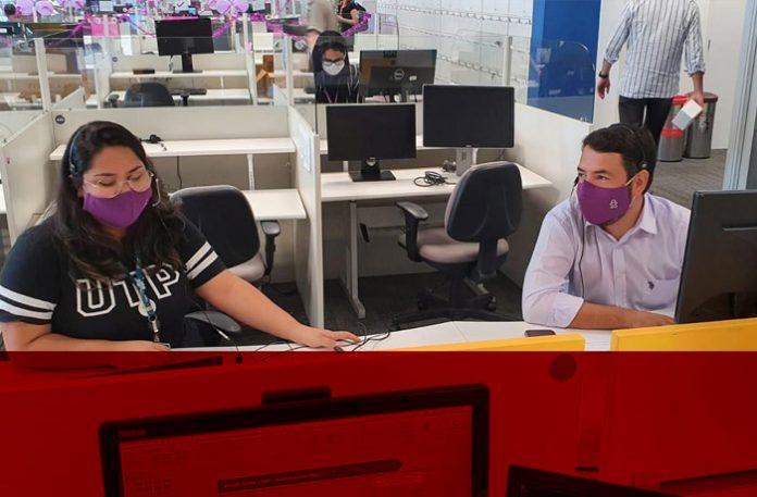 Ricardo Miras, diretor de Experiência do Cliente B2C da Vivo, ao lado de atendente do callcenter, dando apoio no atendimento ao cliente