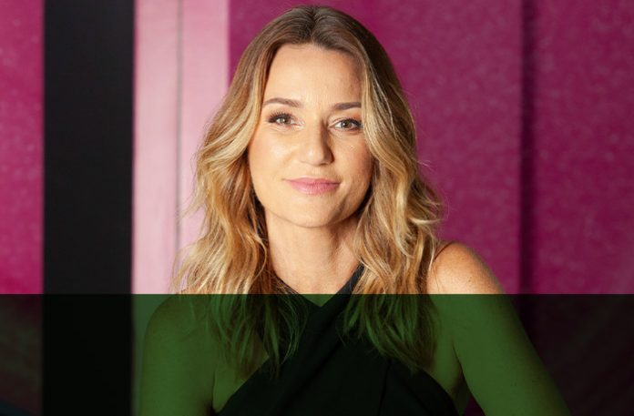 Juliana Barros, diretora executiva de marketing na categoria de maquiagem da Avon Brasil